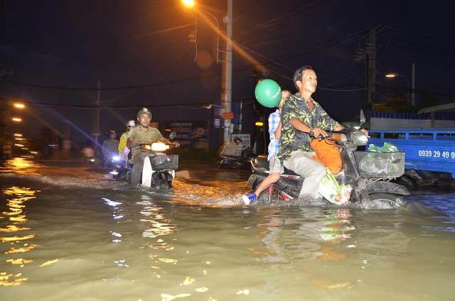 Đường Lê Văn Lương (huyện Nhà Bè) ngập hơn nửa xe máy