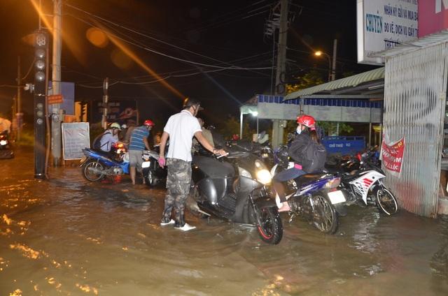 Rất đông người dân dừng xe 2 bên đường chờ nước rút mới về nhà