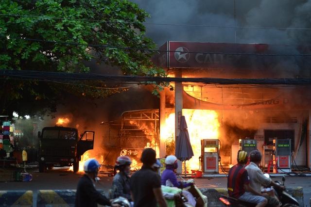Ngọn lửa bốc lên cuồn cuộn phía trong cây xăng