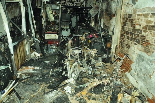 Bên trong căn nhà xảy ra cháy