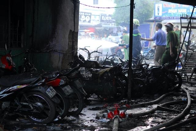 Nhiều xe máy của người dân gửi đi chợ phía sau cây xăng bị thiêu rụi