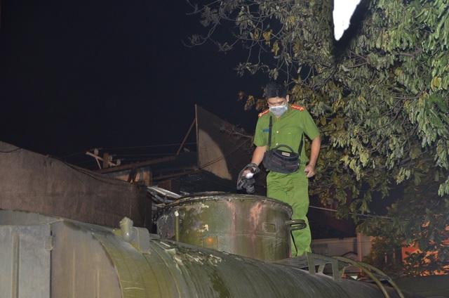Cảnh sát khám nghiệm chiếc xe bồn bị cháy
