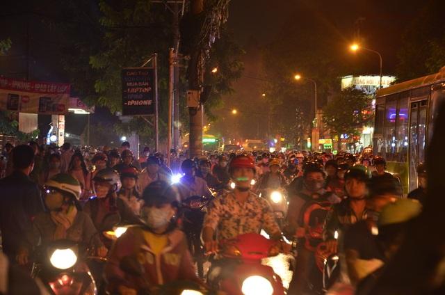 Tuyến đường Quang Trung kẹt xe trầm trọng sau vụ cháy