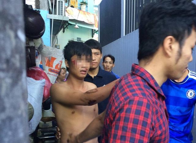Lực lượng chức năng đưa thanh niên về trụ sở làm việc