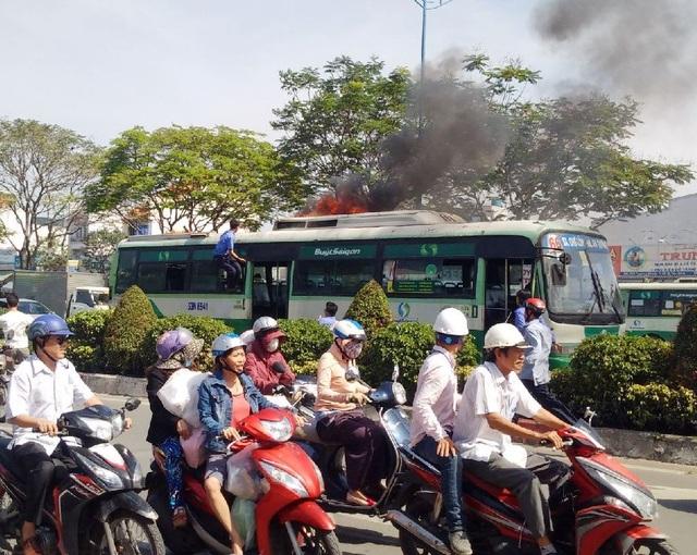Lửa bốc lên ở phần nóc xe buýt