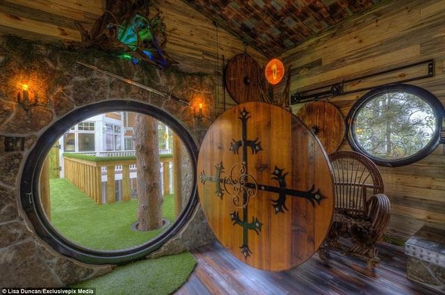 Tất cả cửa sổ và cửa ra vào đều được thiết kế hình tròn độc đáo.