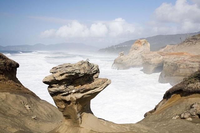 Khối đá sa thạch mang tính biểu tượng của công viên Cape Kiwanda