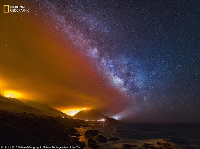 Bức hình tuyệt đẹp với hai gam màu tương phản ghi lại cảnh cháy rừng ở Soberanes thuộc phía nam Point Lobos, California, Mỹ.