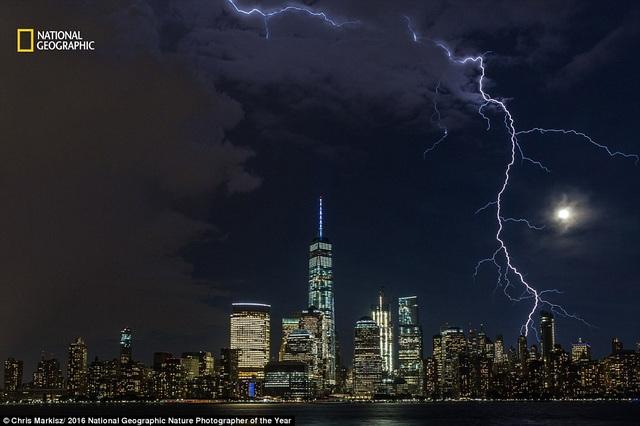 Vệt sét như xé toác bầu trời Manhattan, Mỹ trong một cơn bão mùa hè. Khoảnh khắc ấn tượng này được nhiếp ảnh gia Chris Markisz ghi lại.