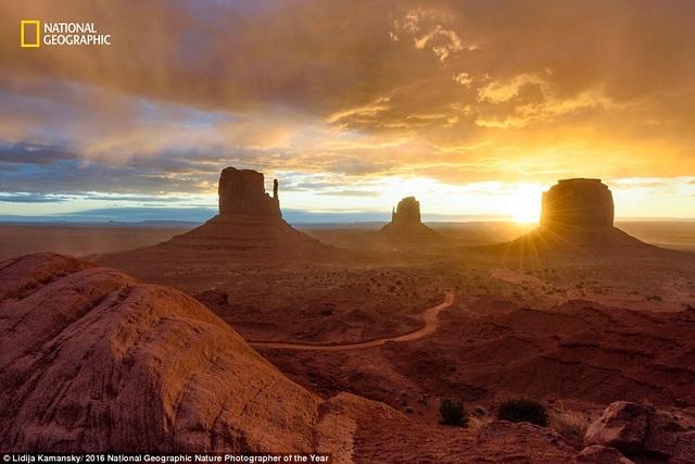 Khoảnh khắc đẹp kỳ lạ ở thung lũng Monument chụp tại Utah, Mỹ, trước khi một cơn bão từ phía tây ập tới. Nhiếp ảnh gia Lidija Kamansky chia sẻ, cô phải rất vững tay nắm chặt chân máy ảnh, trong khi đó chồng cô cố gắng ngăn chặn cát thổi tới.