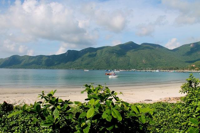 Bãi An Hải xanh trong với bờ biển trải dài thoai thoải, tuy đông khách tắm biển khi chiều về nhưng lại rất sạch đẹp và hoang sơ.
