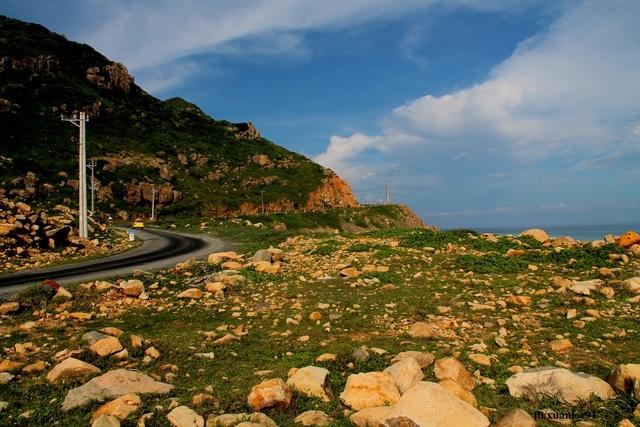 Chạy vòng vòng, lang thang khắp đảo bằng xe máy chỉ để ngắm nhìn cảnh đẹp thế này thì còn gì bằng.
