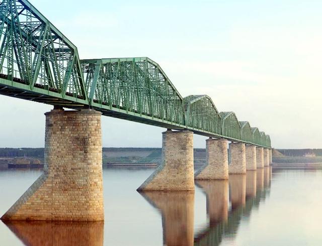 Một đường tàu lửa xây trên trụ bắc ngang qua dòng sông Kama gần thành phố Perm. Đây là một phần trong tuyến đường sắt xuyên qua Siberia, kéo dài từ miền trung nước Nga tới Thái Bình Dương.