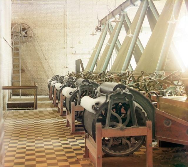 Bên trong nhà máy sản xuất sợi bông ở Bayram-Ali (Bayramaly). Ảnh chụp năm 1911.