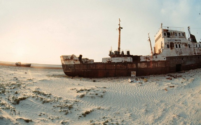 Xác con tàu nằm hoen gỉ như khối sắt khổng lồ trong sa mạc Aral, Kazakhstan.