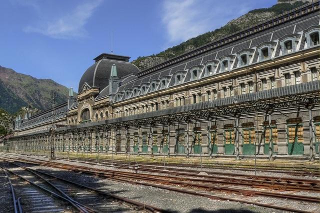 Vẻ đẹp bí ẩn của những công trình bỏ hoang trên khắp thế giới - 9