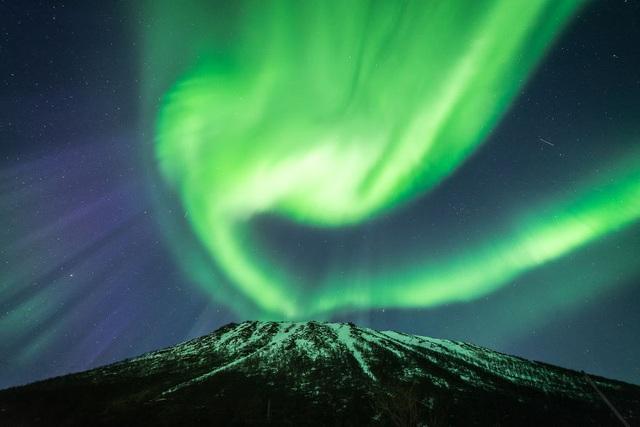 Khoảnh khắc như ngọn núi lửa phun trào với cực quang