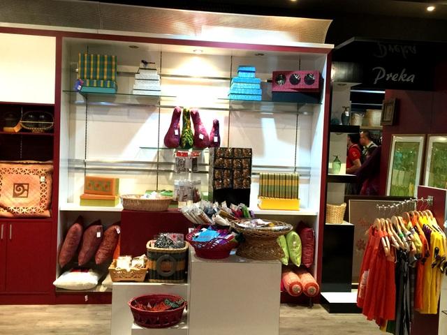 Các quầy hàng bán nhiều món đồ thủ công truyền thống của Malaysia