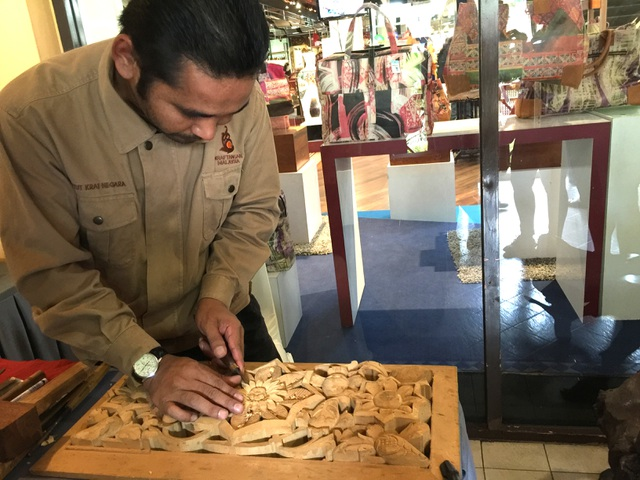 Nghệ nhân điêu khắc gỗ