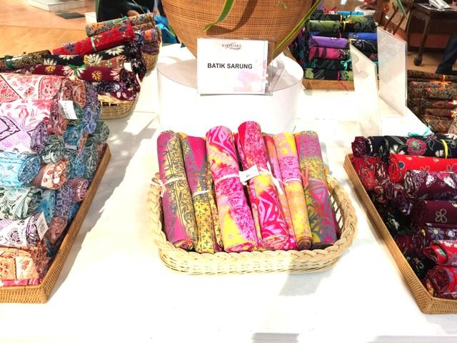 Quầy hàng bán các món đồ ứng dụng từ vải Batik như quần áo, khăn vải, túi ví và nhiều loại phụ kiện phong phú
