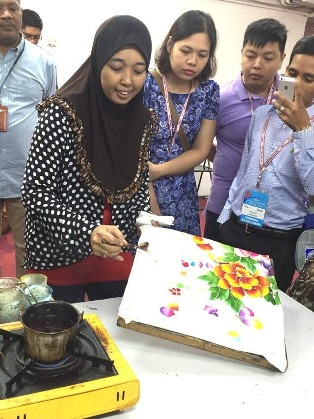 Chị Siwok, nghệ nhân Batik hướng dẫn cách vẽ cho các học viên
