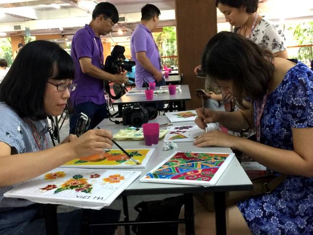 Mỗi học viên được phát khung vải đã vẽ sẵn các họa tiết và tự phối màu theo ý thích