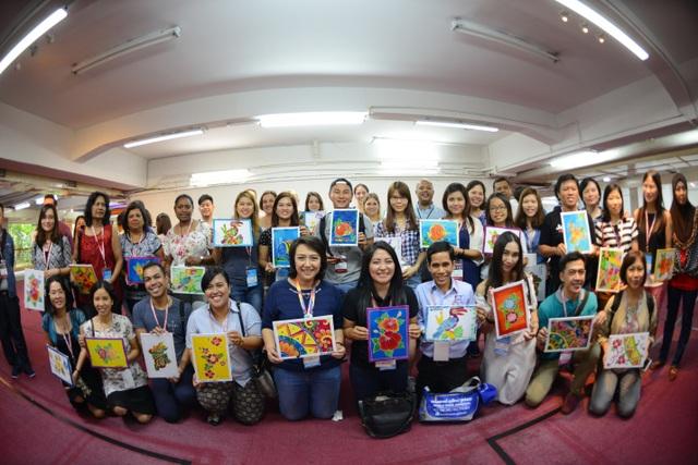 Các học viên hào hứng chia sẻ tác phẩm của mình