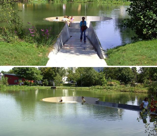 Hình ảnh chụp tại một công viên ở Vöcklabruck, Áo. Không gian ngồi đặc biệt được tạo hình chiếc khóa, nằm giữa lòng sông.