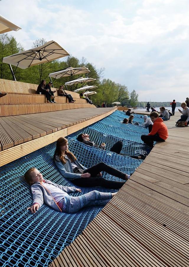 Thay vì những chiếc ghế cứng truyền thống, tấm lưới là nơi nghỉ ngơi và thư giãn được nhiều bạn nhỏ yêu thích.