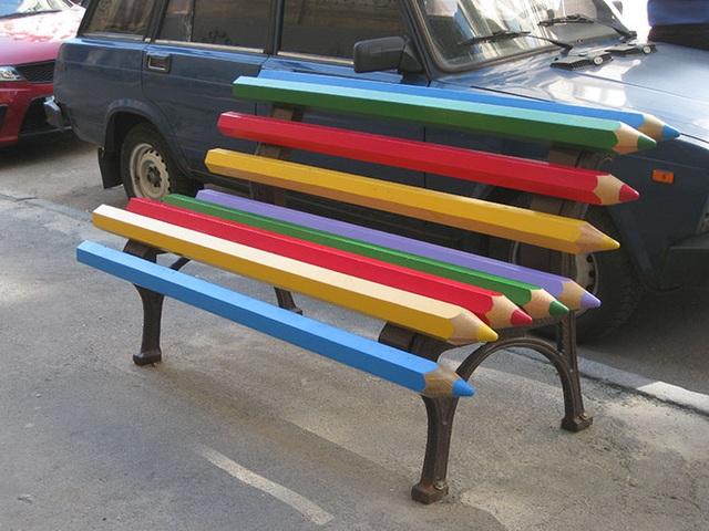 Ghế bút chì màu ở thành phố Kiew, Ukraine.