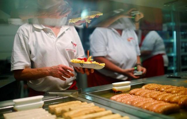 Currywurst (món xúc xích) là một trong những món ăn khuya phổ biến trên đường phố Berlin.