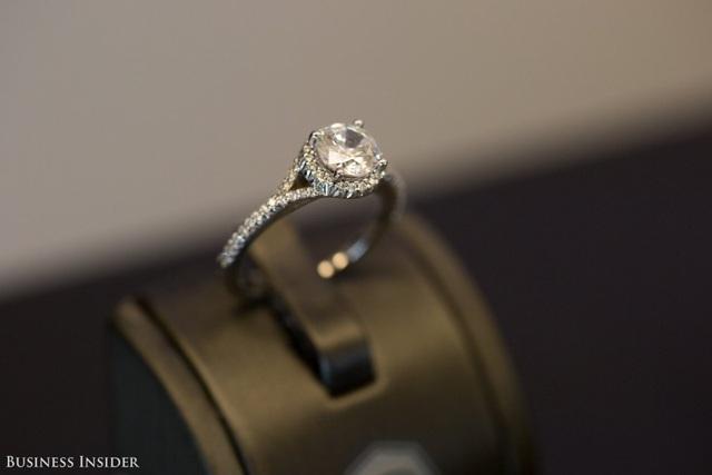 Viên kim cương hoàn chỉnh đã biến thành chiếc nhẫn đắt giá.