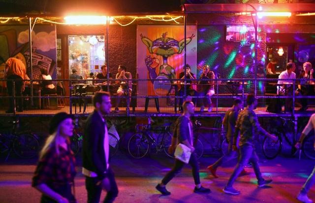 RAW, khu vực sửa chữa tàu cũ ở phía đông Berlin, đã lột xác hoàn toàn. Đến nay, nơi này là tụ điểm của các câu lạc bộ, quán bar hay khu vườn bia.