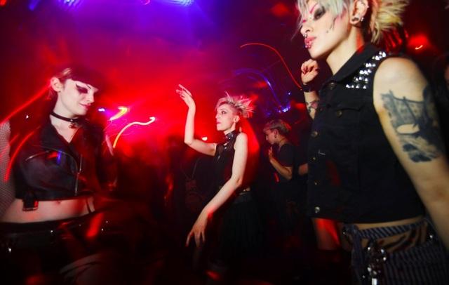 Câu lạc bộ Duncker nổi tiếng với nhiều thể loại âm nhạc. Mỗi tối trong tuần, nơi này lại chơi nhạc theo chủ đề khác nhau. Nếu như thứ 2 chơi dòng nhạc gothic thì tối thứ 5 lại là nhạc pop.