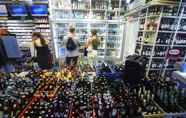 """Khách du lịch dừng dân tới mua ở """"spaeties"""" – một dạng cửa hàng tiện lợi về đêm. Tại đây, giá rượu rẻ hơn so với giá bán ở các câu lạc bộ."""