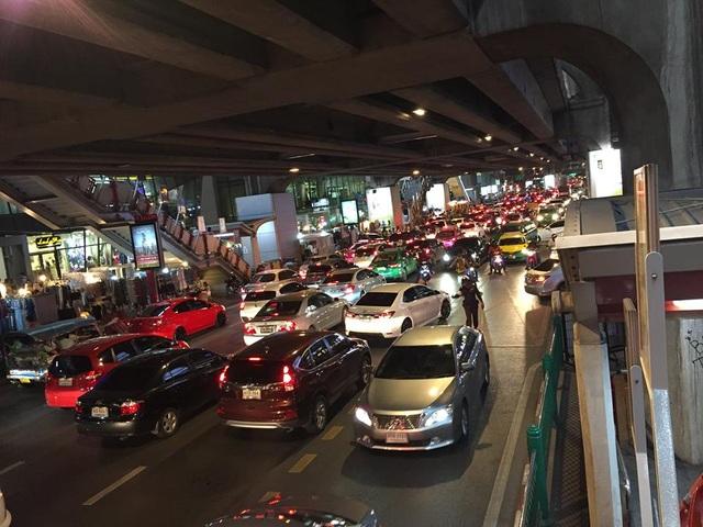 Đêm về khuya, đường phố Bangkok vẫn đông nhộn nhịp