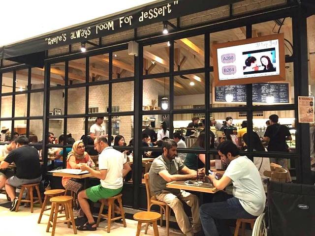 Trong các trung tâm thương mại đều có nhiều món ăn phù hợp với từng quốc gia và khu vực, với mức giá hợp lý, không đắt hơn nhiều so với bên ngoài