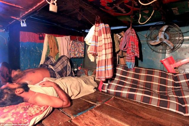 Du khách nằm trên những tấm phản kê sát nhau như giường