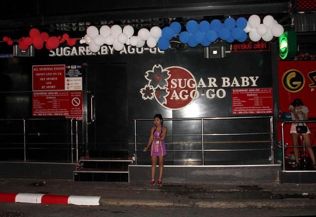 Sugar Baby Ago-go là câu lạc bộ rất nổi tiếng nằm trong phố đèn đỏ ở Pattaya cũng đóng cửa nhằm bày tỏ lòng tiếc thương trước sự ra đi của Vua Thái Lan