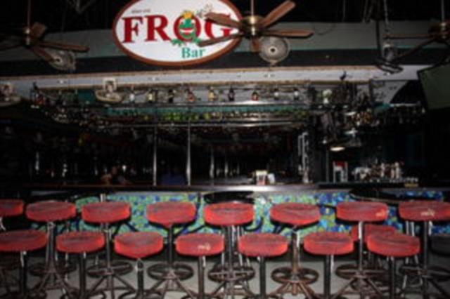 Hình ảnh vắng vẻ ở nhiều quán bar