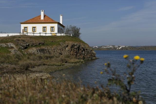 Dòng sông Guadiana là biên giới ngăn giữa Bồ Đào Nha và Tây Ban Nha với chiều dài chừng 62 dặm.