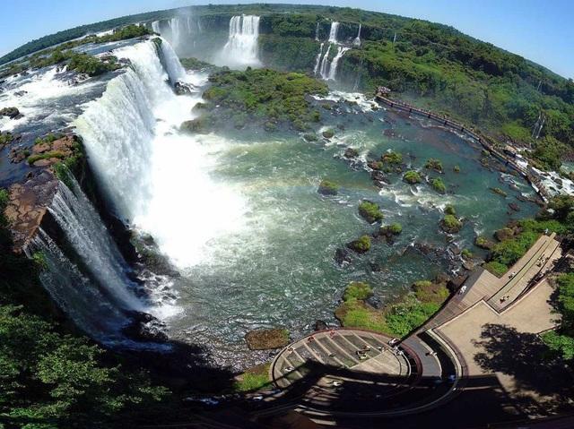 Ngọn thác Iguazu nổi tiếng là nơi ranh giới đánh dấu sự phân tách giữa tỉnh Paraná của Brazil và tỉnh Misiones của Argentina.
