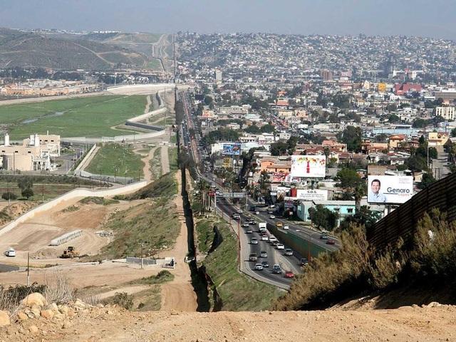Còn đây là hàng rào biên giới giữa Mỹ và Mexico. Bên phải là Tijuana, còn bên trái là San Diego, California.