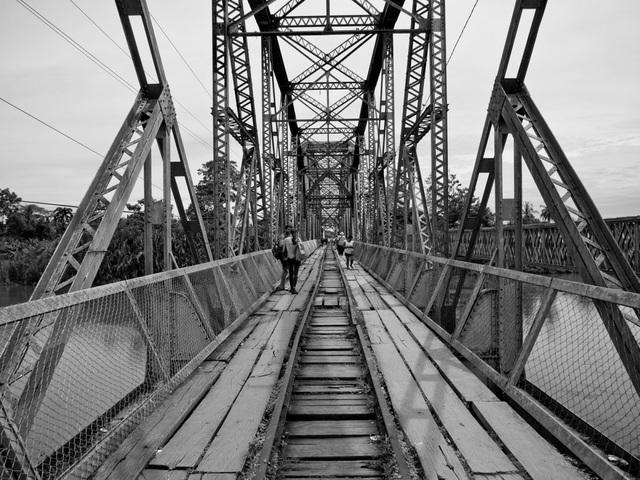 Biên giới phân tách giữa Costa Rica và Panama là cây cầu nằm bắc ngang qua sông Sixaola. Rất nhiều các phương tiện như ô tô, xe tải, và người đi bộ thường xuyên sử dụng cây cầu này.