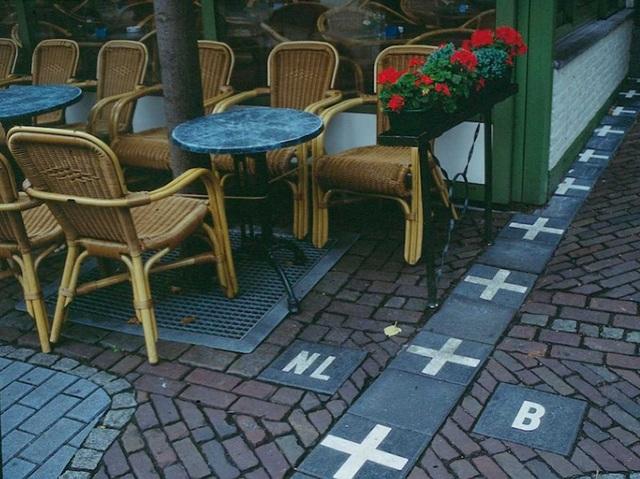 Khi tới thăm Baarle-Nassau, đô thị nằm ở phía nam của Hà Lan, du khách có thể bắt gặp đường biên giới là vạch kẻ đơn giản trên mặt đất, phân chia giữa địa phận nước này và Bỉ.