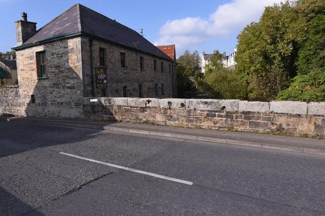 Một đường biên giới hòa bình khác được thiết kế rất đơn giản và tinh tế, phân chia giữa bên phải là Cộng hòa Ireland. Và bên trái là thị trấn biên giới Pettigo thuộc Bắc Ireland.