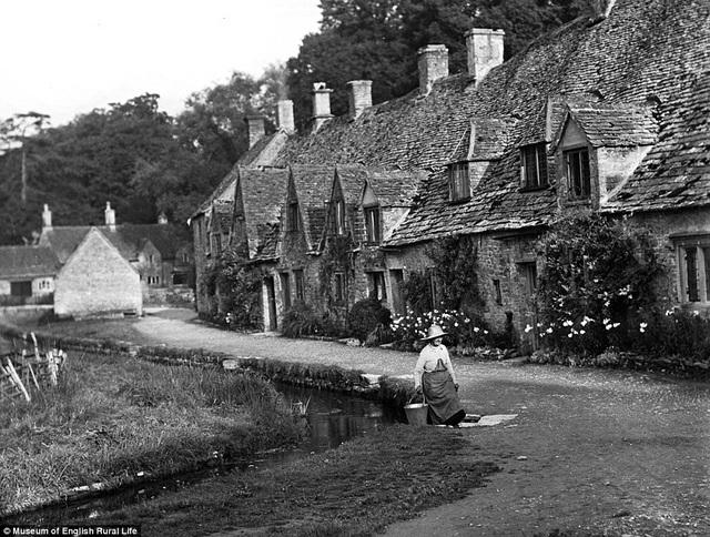 Hình ảnh chụp tại Gloucestershire vào năm 1935. Đây là tác phẩm của nhiếp ảnh gia nghiệp dư Marjorie L Wight ghi lại. Trong nhiều năm, cô có thời gian làm việc tại Herfordshire và Worcestershire.