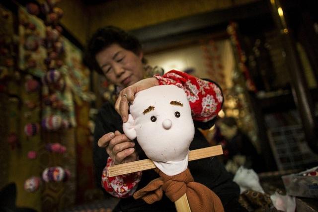 Bà Ayano làm con búp bê vải đầu tiên để tưởng nhớ người cha quá cố của mình.