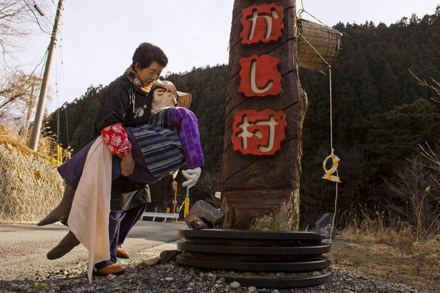 Búp bê vải được đặt khắp nơi trong làng
