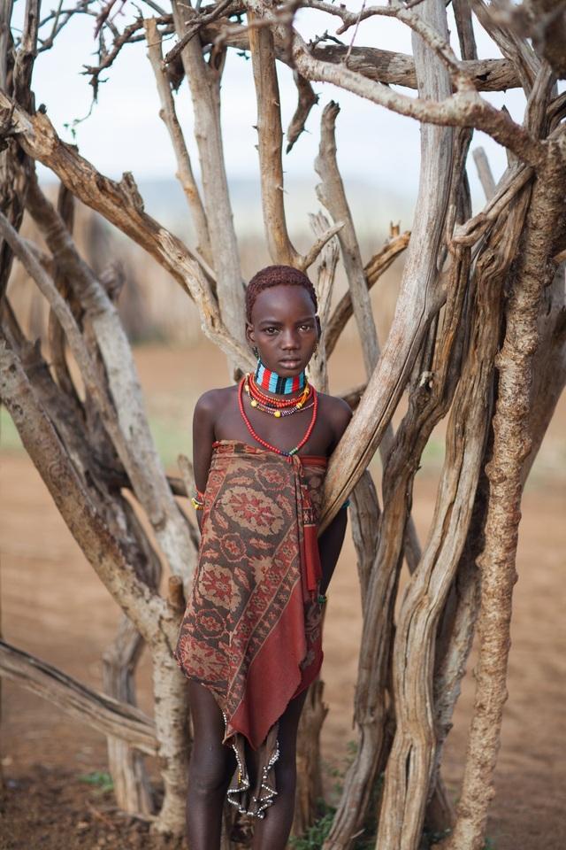 Một thiếu nữ của bộ lạc người Ethiopia.